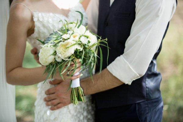 bruid bruidegom bloemen